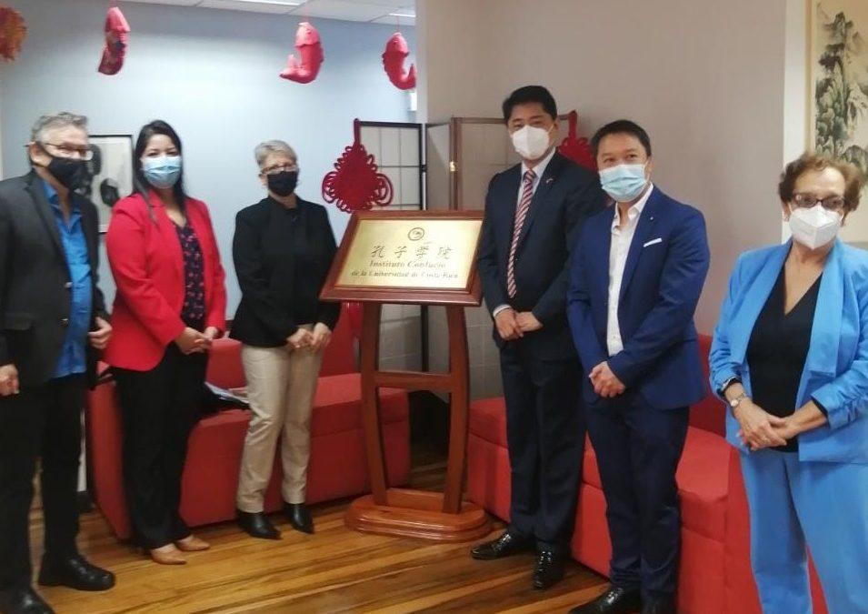 """Embajada de la República Popular China en Costa Rica dona 645 libros de Poesía """"Estrellas en movimiento"""" del autor Hu Xian."""